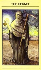 בקלף הנזיר בחפיסת הקלפים של ליז גרין דמות הנזיר היא האל כרונוס (אל הזמן המייצג גם סבלנות)