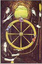 ציור של שלושת אלות הגורל, המיורות, היושבות סביב גלגל המזל בחפיסת הקלפים של ליז גרין: קלותו, לאכסיס, ואטרופוס. קלותו טווה את חוט הגורל, לאכסיס קובעת את אורכו, ואטרופוס גוזרת אותו.
