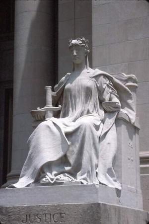 אלת הצדק בהיכל בית המשפט בממפיס