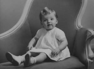 האם זה ילד או ילדה? בתחילת המאה העשרים לא ניתן היה לדעת כיוון שרוב הילדים והילדות לבשו שמלות לבנות. בתמונה, אגב מצולם ילד.