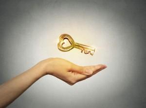 מפתח בחלום מייצג את הצורך שלנו למצוא את הדרך לפתרון הבעיה, המפתחות אותם מחפש בן זוגה של החולמת מסמלים את הרצון שלו למצוא את המפתח אל ליבה ואל הקשר הזוגי.